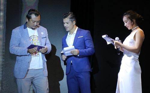 Giám khảo Phan Gia Nhật Linh cùng hai MC là diễn viênLâm Vissay và Quỳnh Hoa công bố.