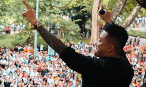 Tuấn Hưng hát ở ban công nhà riêng, hút hàng nghìn khán giả
