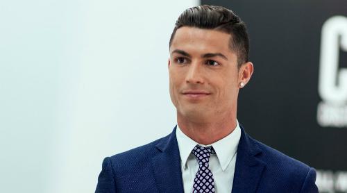 Christiano Ronaldo từng đăng một số video ca hát trên trang cá nhân. Năm 2015, anh khiến người hâm mộ thích thú khi hát theo ca khúc Stay của Rihanna trên một chuyến bay. Anh cũng từng thu âm bài hát Amor Mio. Một số fan còn nhận xét phiên bản của Ronaldo giàu cảm xúc hơn của Justin Bieber - người cũng từng thể hiện ca khúc này.