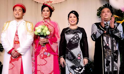 Vợ chồng Hồng Vân, Lê Tuấn Anh cùng cô dâu chú rể chào quan khách.
