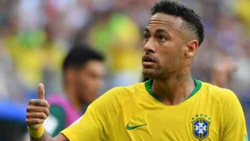 Neymar nhiều lần hát ở các sự kiện. Anh từng biểu diễnca khúc Ai Se Eu Te Pego cùng ca sĩMichel Telo. Neymar còn thu âm ca khúc O Amor Ta Aí cùng nhiều nghệ sĩ Brazil.
