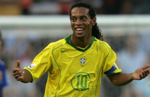 Ronaldinho nổi tiếng là người yêu nghệ thuật. Sau khi giải nghệ năm 2015, tiền đạo người Brazil từng tham gia biểu diễn ở một số sự kiện. Năm 2017, anh phát hành single đầu tay Sozinho (tạm dịch: Cô đơn). Bản Ballad nói về cảm giác trống vắng khi không có ai ở bên. Giọng hát của Ronaldinho được nhiều fan khen mộc mạc, ấm áp.