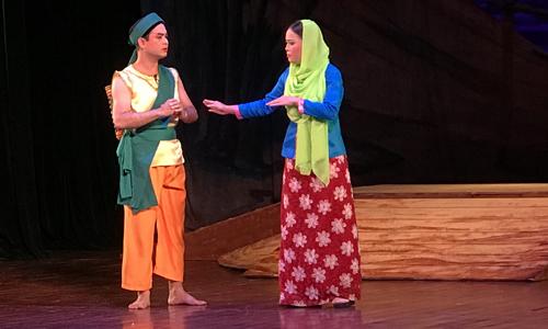 Nghệ sĩ Trần Long (trái) trong Huyền thoại ngọn đồi đỏ.