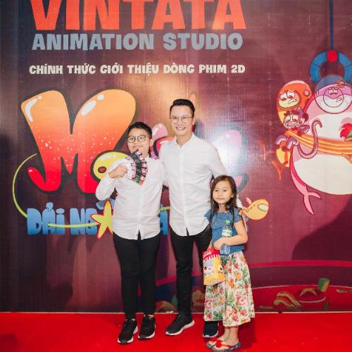 Buổi công chiếu còn có sự góp mặt của ba bố con ca sĩ Hoàng Bách. Nam ca sĩ và con trai cùng mặc áo sơ mi trắng và quần đen, còn con gái điệu đà với váy hoa.