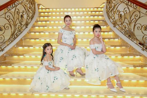Chị Ngọc cho biết tự hào về haicon gái, không phải vì vương miện Hoa hậu nhí mà vì các béhiểu chuyện, biết cảm thông với những hoàn cảnh kém may mắn.