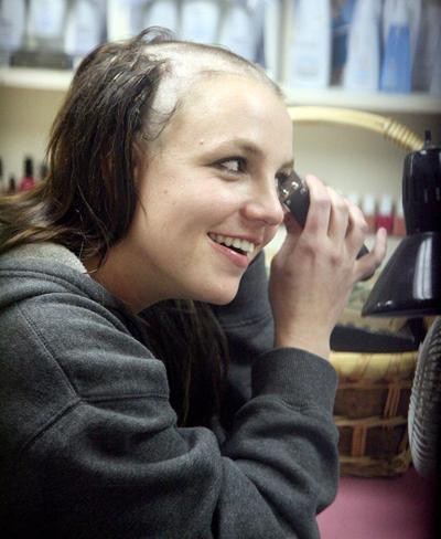 Hình ảnh cạo đầu gây sốc của Britney Spears.