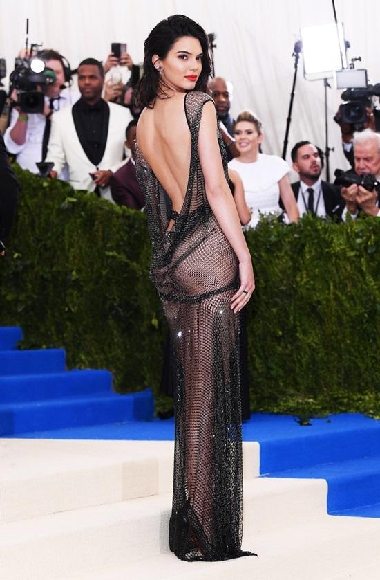 Kendall Jenner - mỹ nhân nghiện mốt ngực trần