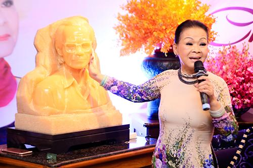 Nữ danh ca được tặng bức tượng Trịnh Công Sơn bằng ngọc trong buổi trà đàm.