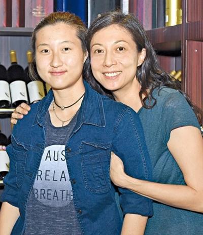 Mẹ con Trác Lâm, Ỷ Lợi thường xuyên lục đục. Trác Lâm từng hai lần báo cảnh sát bị mẹ bạo hành.