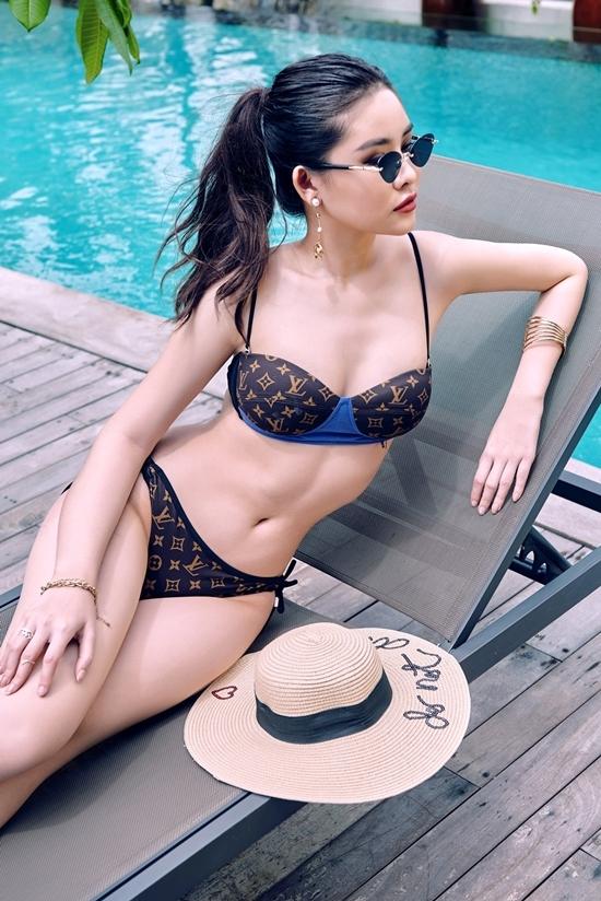 Lê Âu Ngân Anh tôn đường cong với bikini hàng hiệu