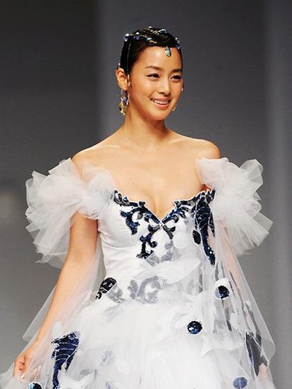 Vẻ tươi tắn của Kim Tae Hee khi diện váy cưới.