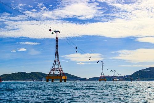 Các thành viên cũng thích thú khi được trải nghiệm tuyến cáp treo vượt biển dài nhất thế giới. Trong hơn 9 phút vượt qua đoạn đường 3.320 m với độ cao 45-60m trên biển, họ có cơ hội chiêm ngưỡng thành phố biển, toàn cảnh vịnh biển Nha Trang cũng như khu công viên giải trí Vinpearl Land và tổ hợp nghỉ dưỡng sang trọng.