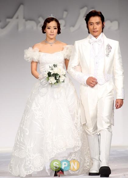 Tài tử Lee Byung Hun sánh bước bên