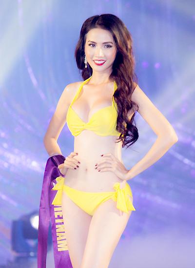 Phan Thị Mơ trong phần đồng diễn bikini đêm chung kết.