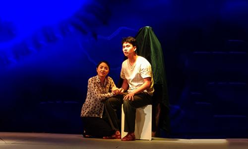 Minh Hoàng (phải) vào vai họa sĩ mù Lê Chí.