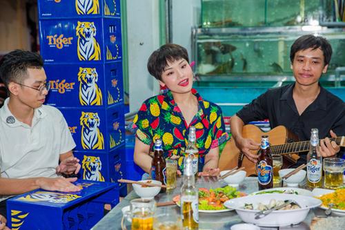 Ca sĩ giản dị hát tặng fan tại quán lề đường, gây thích thú cho mọi người.
