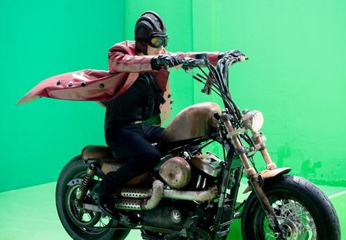 Ca sĩ đồng hành với chiếc mô-tô cá tính trong phim ngắn mới ra mắt.