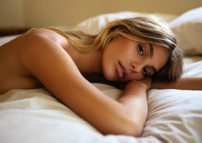 Vẻ gợi cảm của bạn gái kém Leonardo DiCaprio 22 tuổi