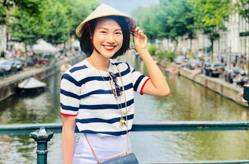 Theo đó, điểm dừng chân đầu tiên của Hoàng Oanh là thủ đô của Hà Lan - Amsterdam. Dạo quanh qua những con phố với những kiến trúc pha lẫn nét cổ điển lẫn hiện đại thường thấy ở những quốc gia châu Âu, Hoành Oanh không khỏi xuýt xoa và đặt cho Amsterdam một cái tên dài thú vị: Cô gái mang nét đẹp truyền thống nhưng chọn sống một cuộc sống hiện đại. Bên cạnh đó, cô cũng dành nhiều lời khen cho những con người đang sống hoặc chỉ là ghé qua nơi này khi chứng kiến những câu chuyện người ta giúp đỡ lẫn nhau, từ những chuyện nhỏ nhặt nhất giữa các con phố tấp nập.