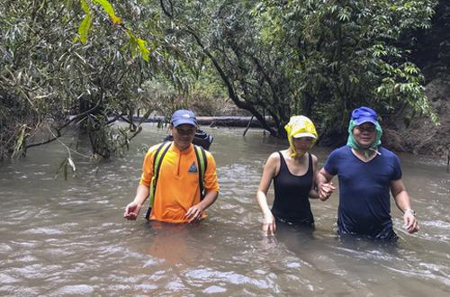 Vợ chồng Kiwi Ngô Mai Trang đều có sở thích du lịch nên khi đăng ký được tour đến động Sơn Đoòng khiến cả hai rất vui mừng. Để chuẩn bị cho chuyến đi, họ chạy bộ, tập thể lực trong vòng hai tháng. Ngày đầu, vợ chồng ca sĩ băng rừng, lội suối đến cửa hang Én.