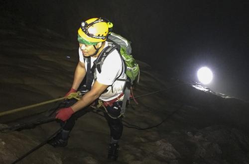 The Great Wall of Viet Nam là bức tường cao gần 100 m nằm ở đoạn cuối của hang Sơn Đoòng, nối với hang chính bởi một hồ nước dài 500 m.The Great Wall of Viet Nam là bức tường cao gần 100 m nằm ở đoạn cuối của hang Sơn Đoòng, nối với hang chính bởi một hồ nước dThe Great Wall of Viet Nam là bức tường cao gần 100 m nằm ở đoạn cuối của hang Sơn Đoòng, nối với hang chính bởi một hồ nước dài 500 m.Trải qua hàng vạn năm, tinh thể canxi đã bao bọc những hạt cát nhỏ để tạo thành viên ngọc trai quý hiếm.i 500 m.