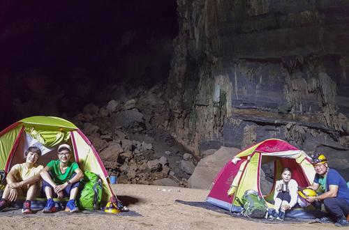 Vợ chồng Kiwi Ngô Mai Trang (phải) dựng lều ngủ một đêm , nằm bên dòng sông ngầm.