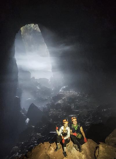 Hố sụt thứ nhất là điểm chụp ảnh yêu thích của du khách và các nhà thám hiểm.Các nhà khoa học ước tính những hố sụt này hình thành cách đây hàng trăm nghìn năm khi trần hang đổ sụp.