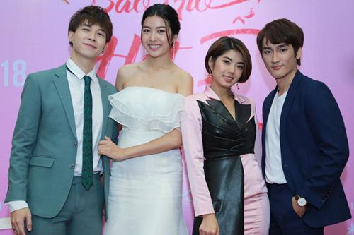 Thúy Vân (váy trắng) và các diễn viên khác trong phim.