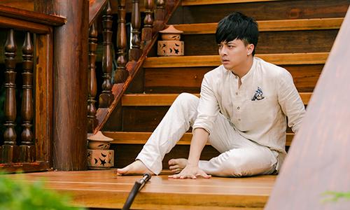 Ca sĩ Cao Thái Sơn có cảnh trượt chân té ở cầu thang trong MV.