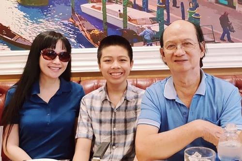 Hoa hậu Thiên Nga bên con trai Anthony và bố - giáo sư Nguyễn Hữu Phương.