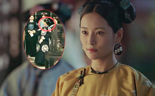 Vương Viên Khả ngoái lại nhìn, sau đó thu tay lại.