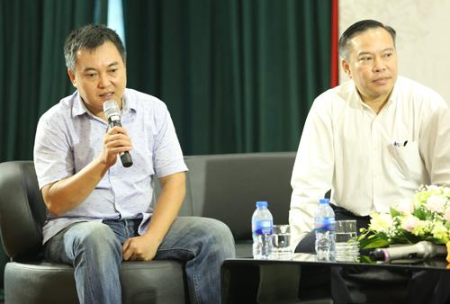 Nhà báo Lưu Minh Vũ (trái) và Lưu Quang Định - em trai Lưu Quang Vũ - tại họp báo.