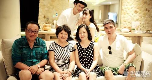 Vợ chồng Huỳnh Hiểu Minh - Angelababy (đứng) cùng bố mẹ hai bên.