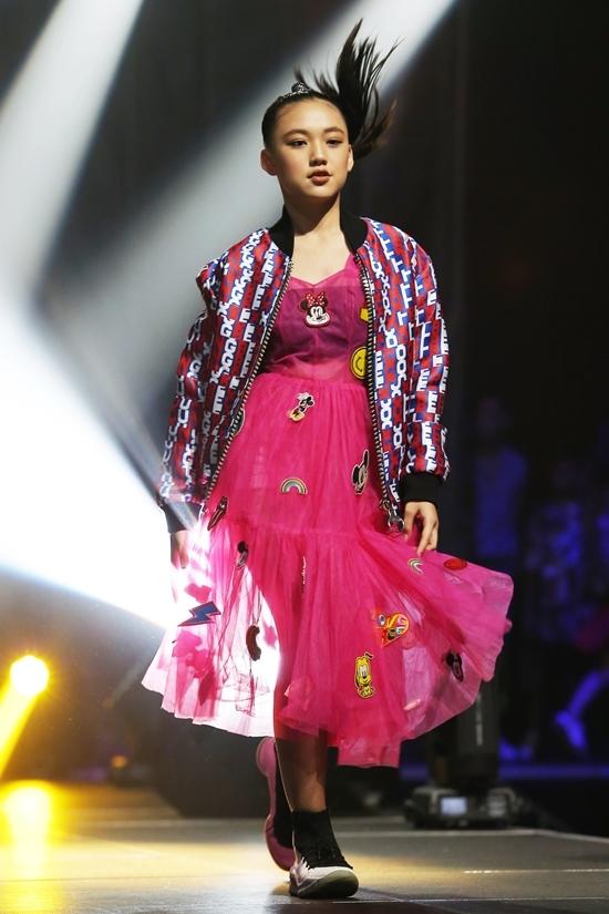 Dàn mẫu nhí Việt catwalk với váy áo hoạt hình ở Hong Kong