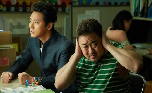Gia thần Seong Joo (phải)có nhiều cảnh dí dỏm.