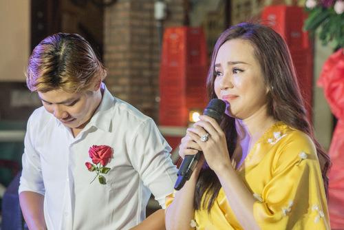 Vy Oanh xúc động khi nhạc sĩ Nguyễn Văn Chung nói về hoàn cảnh ra đời bài hát.