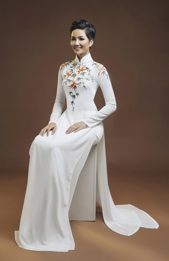 H'Hen Niê diện áo dài họa tiết đồng quê