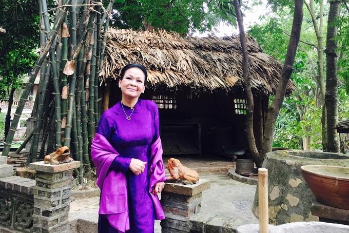 Khánh Ly vãn cảnh làng quê ở Hà Nội