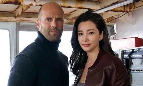 Jason Statham (trái) và Lý Băng Băng xứng đôi trên phim.