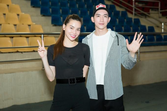 Hồ Ngọc Hà chạy show cả tối cùng mẹ