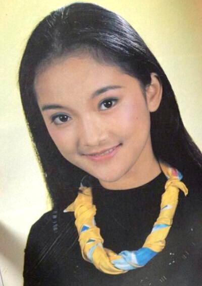 [Caption]Châu Tấn sinh năm 1974 ở Chiết Giang, Trung Quốc, tên thật Châu Mễ Ca. Có cha làm họa sĩ ở rạp chiếu phim, từ nhỏ, Châu Tấn là khách quen của rạp chiếu, thường ăn, ngủ luôn ở đó. Năm 16 tuổi, cô gái trở thành người mẫu ảnh lịch.