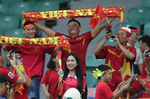 Ca sĩ thổi kèn cổ vũ đội nhà trên khán đài trận gặp Nepal tối 16/8.