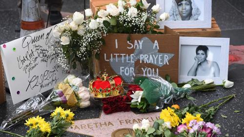 Người hâm mộ đặt hoa lên ngôi sao của Aretha Franklin trên Đại lộ danh vọng ở Hollywood.