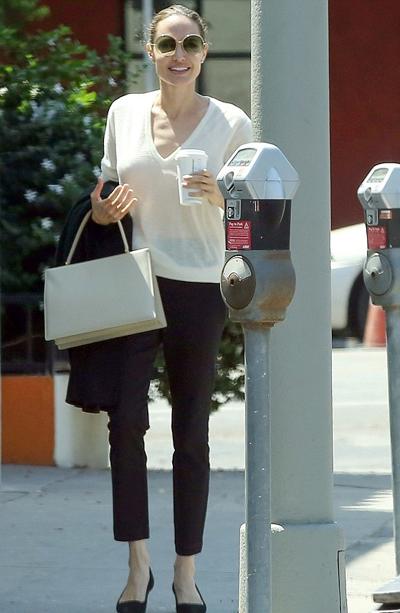 Angelina Jolie được yêu cầu đưa các con trở về Mỹ từ đầu tuần này. Trong thời gian chờ đợi, cô thường xuyên đưa con đi chơi loanh quanh Los Angeles.