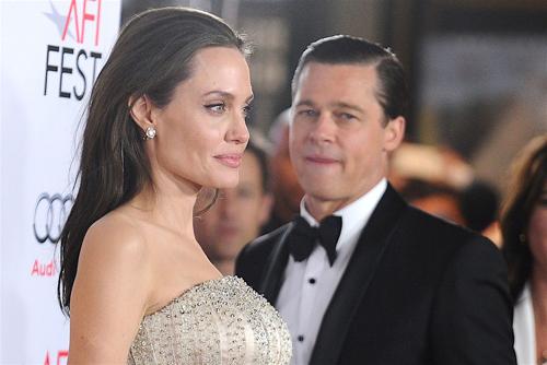 Cuộc ly hôn của hai ngôi sao hàng đầu Hollywood diễn biến ngày càng xấu. Cả hai tìm mọi cách để có lợi thế trong cuộc chiến phân chia quyền nuôi con. Theo nguồn tin của Us Weekly, nhiều khả năng Brad Pitt sẽ chiến thắng và được một nửa quyền chăm con. Phiên xét xử dự kiến diễn ra ngày 21/8.