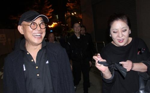 Lý Liên Kiệt đi cùng vợ chồng nhà sản xuất Hướng Hoa cường - Trần Lam. Sao hành động thân thiết với vợ chồng trùm ngành giải trí Hong Kong nhiều năm qua.
