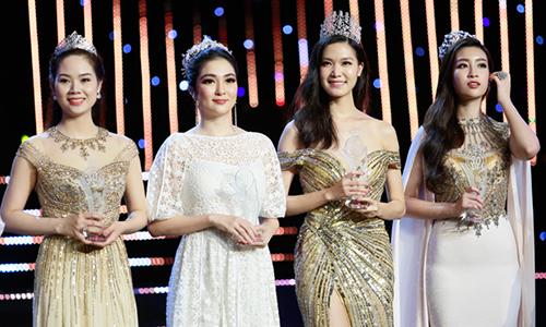 Hoa hậu Việt Nam 2002 Mai Phương, Hoa hậu Việt Nam 2004 Nguyễn Thị Huyền, Hoa hậu Việt Nam 2008 Thùy Dung, Hoa hậu Việt Nam 2016 Mỹ Linh (từ trái sang) nhận kỷ niệm chương của cuộc thi.
