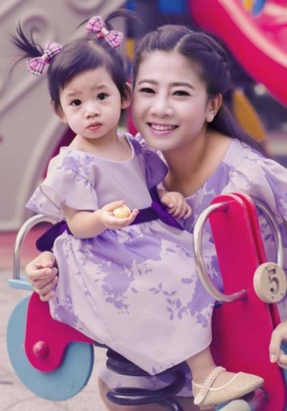 Dù trải qua cuộc tình nhiều đau khổ, cô vẫn vui vẻ vì có một cô con gái xinh xắn, đáng yêu.