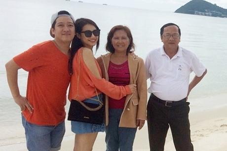 Mối quan hệ của họ được gia đình hai bên ủng hộ. Cả hai thường đưa nhau về thăm gia đình và đưa bố mẹ, chị emđi du lịch chung.