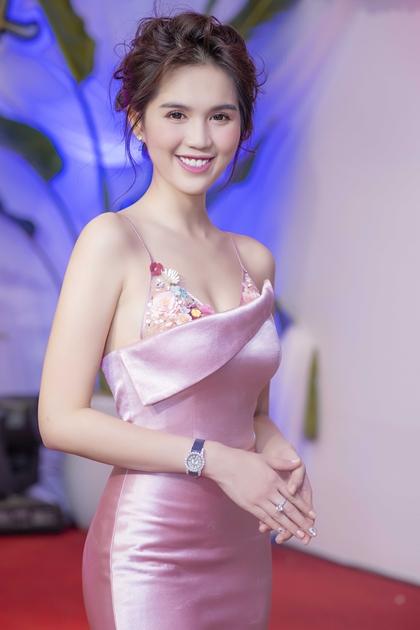 Ngọc Trinh đeo đồng hồ, nhẫnkim cương đi sự kiện tối 20/8 tại Hà Nội.